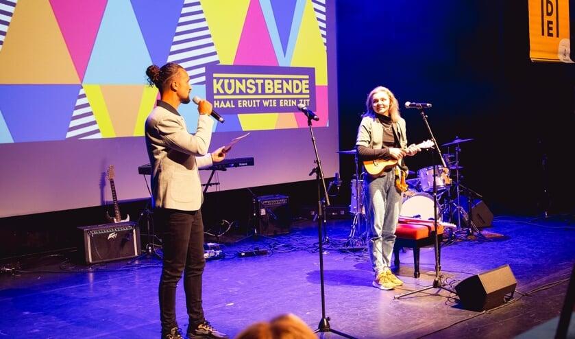 <p>Als kleuter werd Dominica Drzewiecka (17) in Polen al uitgedaagd om artistieke dingen te doen en op de basisschool leerde ze zingen.</p>