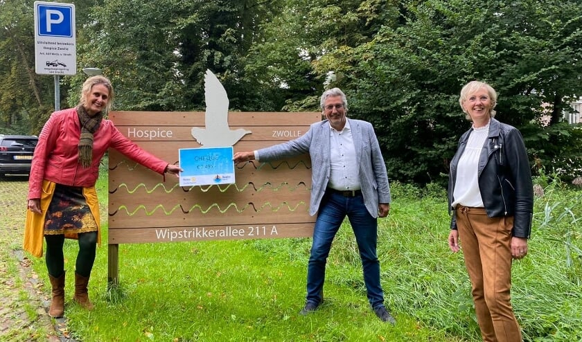<p>Van links af Hilde Schoonbeek (Rotary Zwolle-Noord), Gerwout Hovenberg (voorzitter Vrienden van Hospice Zwolle) en Joke Boerma (co&ouml;rdinator Hospice Zwolle).</p>