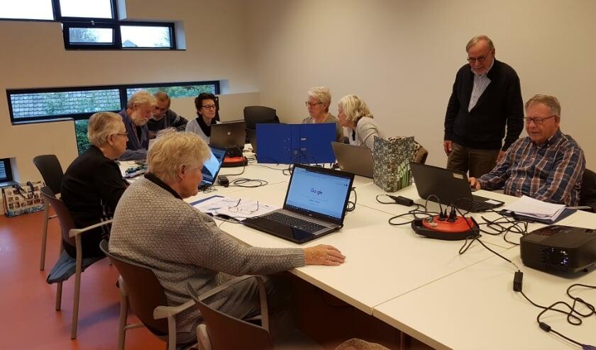 <p>Computercursus buurtcentrum De Schakel (foto genomen voor uitbraak coronapandemie). Foto: Yvonne den Ouden</p>