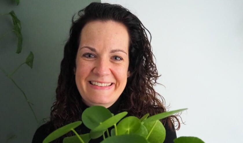 """<p>Sabine Zweers heeft haar hobby van planten stekken weer opgepakt. """"Het mooie is dat je resultaat van je werk hebt. Je ziet planten groeien."""" (Eigen foto)</p>"""