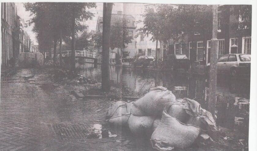<p>Krantenknipsel uit de Delftsche Courant van 11 november 2002.&nbsp;</p>