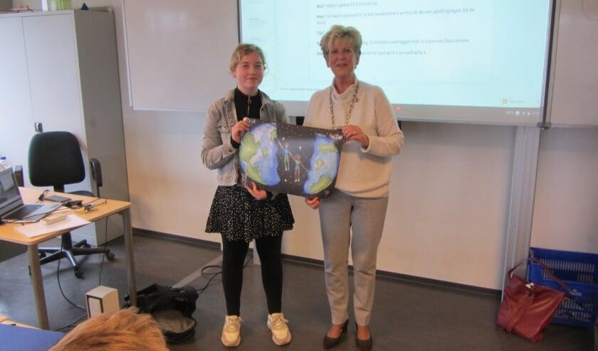 Op de foto staat een trotse Alicia naast Gery Groen met een kopie van haar tekening.