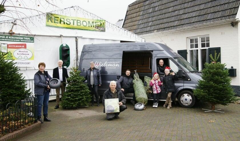 <p>Bisselinks en Wielemannen met de Wieleman-bus voor de tent van Bisselink Kerstbomen aan de Hamersestraat.</p>