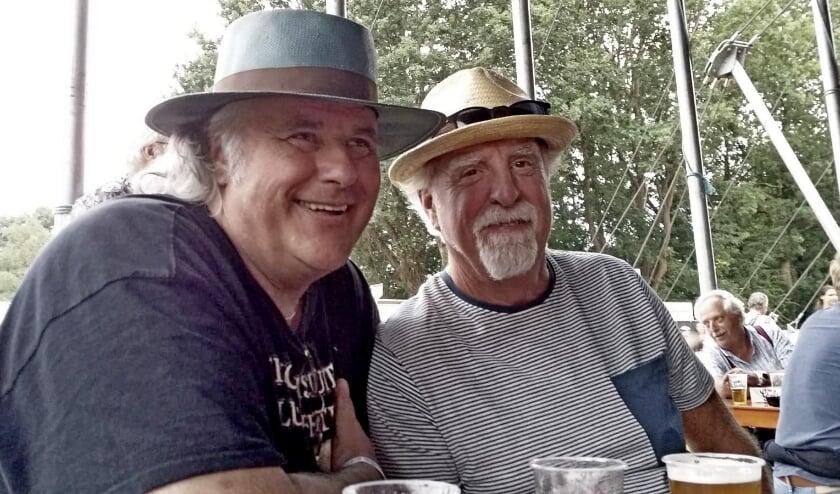 <p>Jaap Meurs, rechts op de foto, samen met zijn grote bluesvriend Ben van der Swaluw.</p>