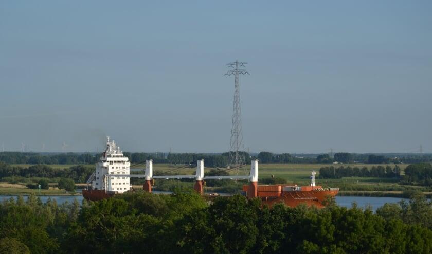 <p>Containerschop Dynamogracht passeert Hoogvliet. Foto: Rob van der Rest.&nbsp;</p>