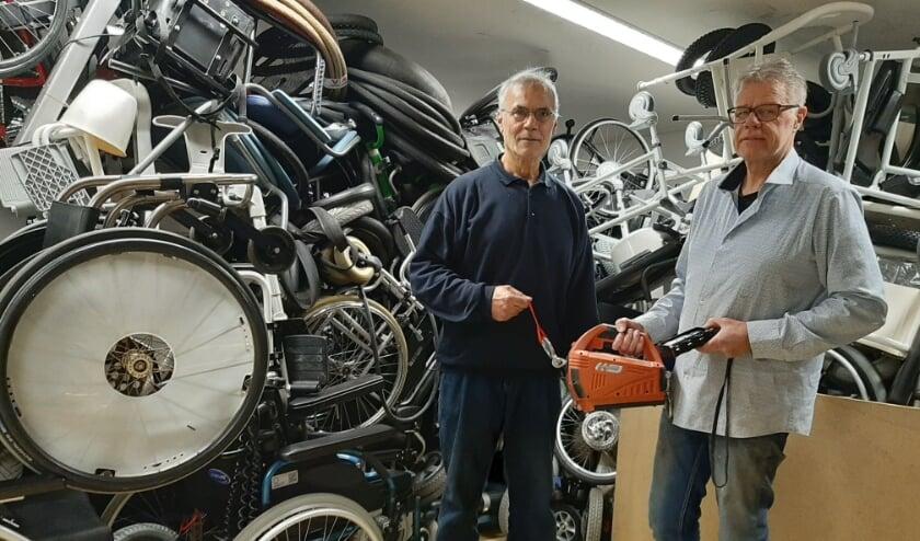 <p>Mohammed Chaoui krijgt van Jaap van Barneveld een elektrische lier gedoneerd. Mohammed is er blij mee. (Foto: Martin Brink/DPG Media)</p>