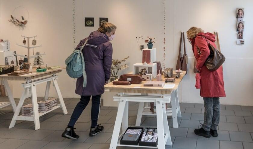<p>Snuffelen in de Makerswinkel XL. Foto: Annelize van der Helm</p>
