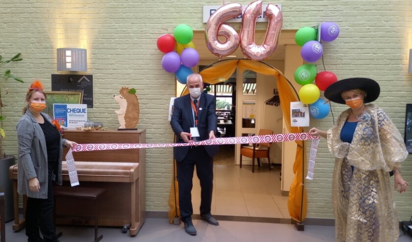 <p>Wethouder Nico Wiendels opent de feestweek in Oranjehof.<br>(foto: Zorgcentra De Betuwe)</p>