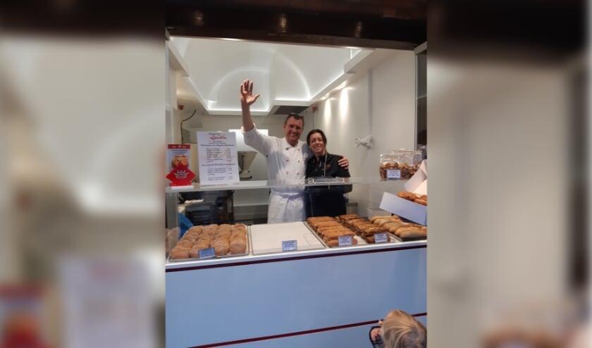 <p>Andr&eacute; Denecke met een van zijn vaste medewerkers in het kleinste winkeltje van Oud Rijswijk. Foto: Wim Hoonhout</p>