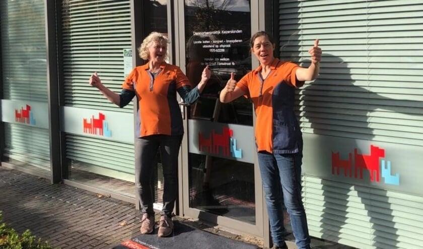 <p>Liesbeth en JoAnne voor het nieuwe pand aan de van Hetenstraat</p>