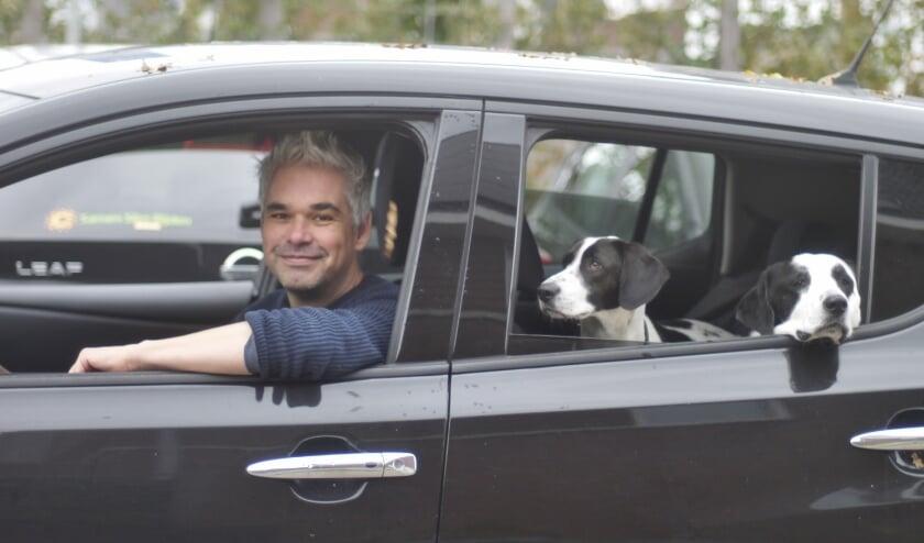 <p>Robert Schliessler maakt gebruik van een &#39;honden-mogen-mee&#39; deelauto van Samen Slim Rijden Zeist.&nbsp;</p>