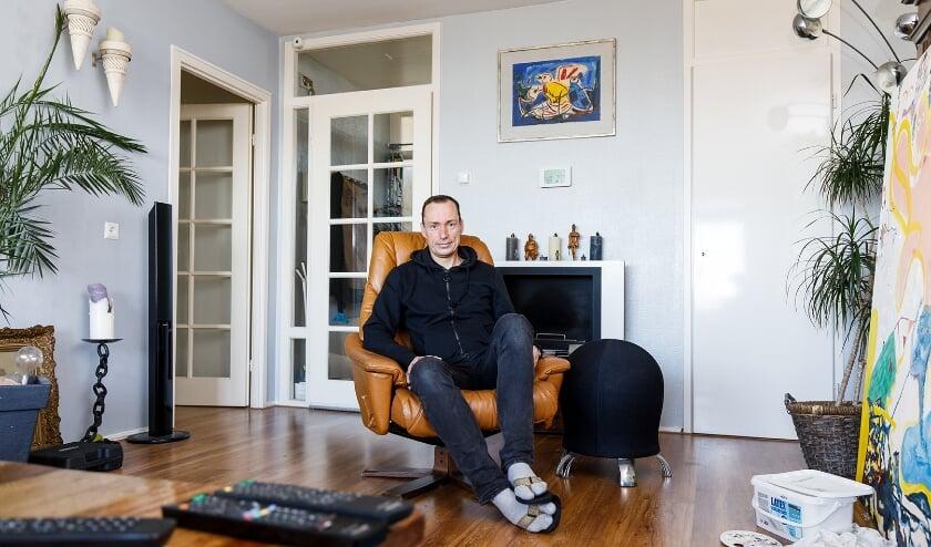 <p>Een van de deSchiedammers krijgen een Kunstlog&eacute;elnemers. (Foto: Aad Hoogendoorn)</p>