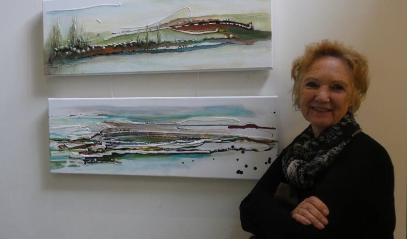 <p>Liz van Munster met twee van haar werken.&nbsp;</p>