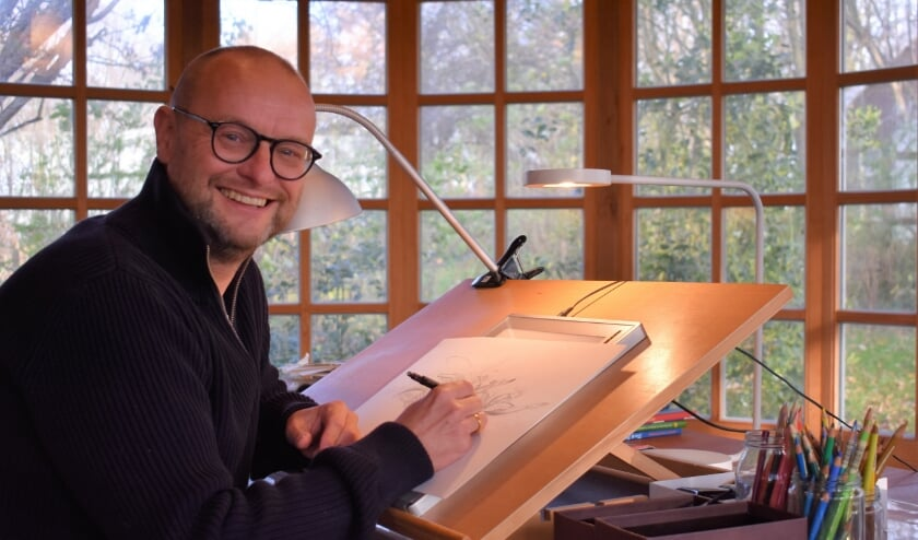 <p>In zijn atelier in de polder tussen Kapelle en Kattendijke vertelt illustrator Richard met een sprankelend enthousiasme over zijn zijn leven als illustrator. FOTO: Rachel van Westen&nbsp;</p>