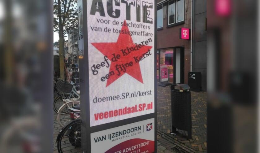 Middels het digitale reclamebord in het centrum vraagt de SP aandacht voor de inzamelingsactie.