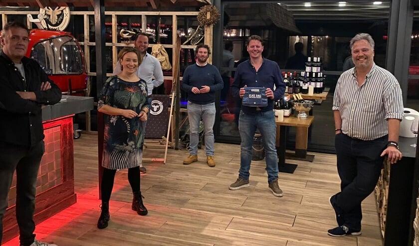 <p>Frank Damen, Antoinette van de Berg, Bram Hoorn, Simon Fust, Thomas van Santvoort en Jeroen van Doorn zorgen voor heerlijk avondje uit.</p>