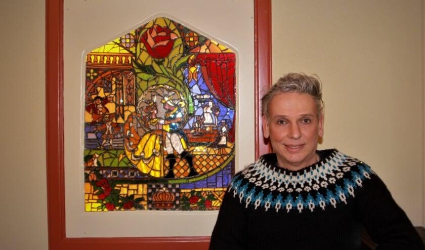 <p>De Tielse zanger Ger Edwards bij een door hemzelf vervaardigd kunstwerk. (foto: Arno voor de Poorte)&nbsp;</p>