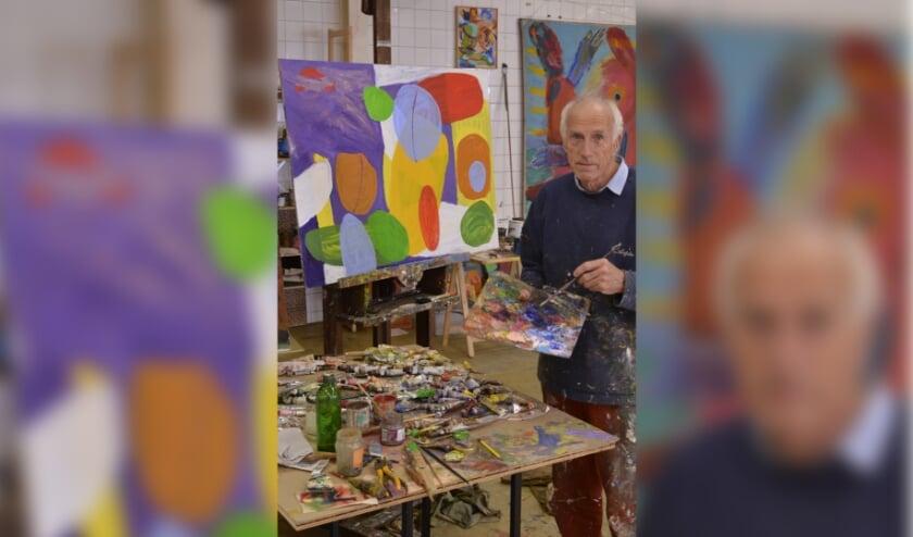 <p>Roel Schweitzer aan het werk. Niet aan het wereldschilderij want die was al klaar bij het nemen van de foto. Het wereldschilderij is onderaan dit verhaal te zien. (Foto: Pieter Vane)</p>