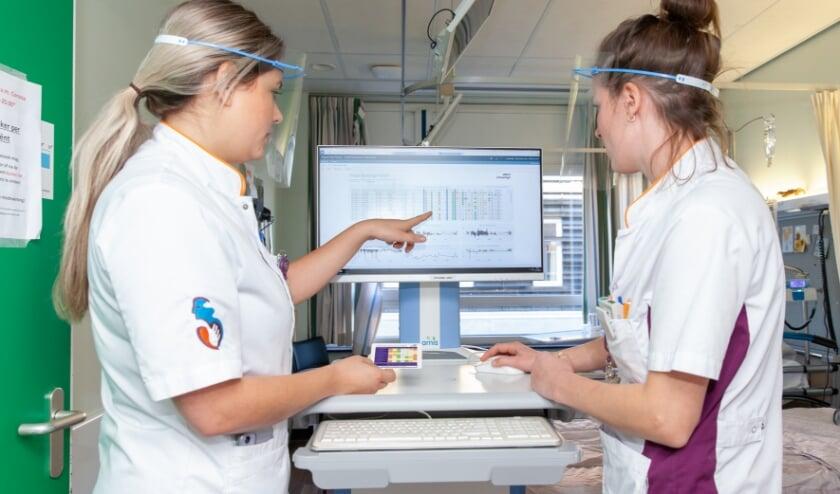 <p> Arts-assistent Shelly van Nieuwkasteele (links) en verpleegkundige Carla Groenendijk bekijken de risicoprofielen van alle op dat moment opgenomen pati&euml;nten op de afdeling. (Foto Frederike Slieker)</p>