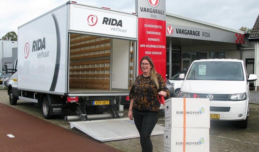 <p>Angeliek van Waterschoot van RIDA Verhuur, bij een van haar verhuiswagens.</p>
