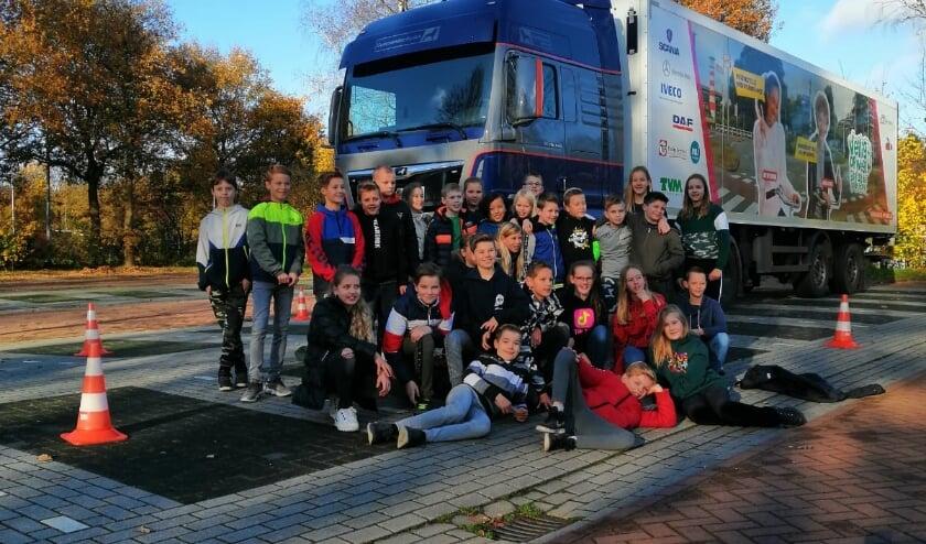 <p>Leerlingen van groep 7/8 van de W.G. Hulstschool in Epe krijgen les over de gevaren van grote voertuigen in het verkeer<em>.</em> </p>