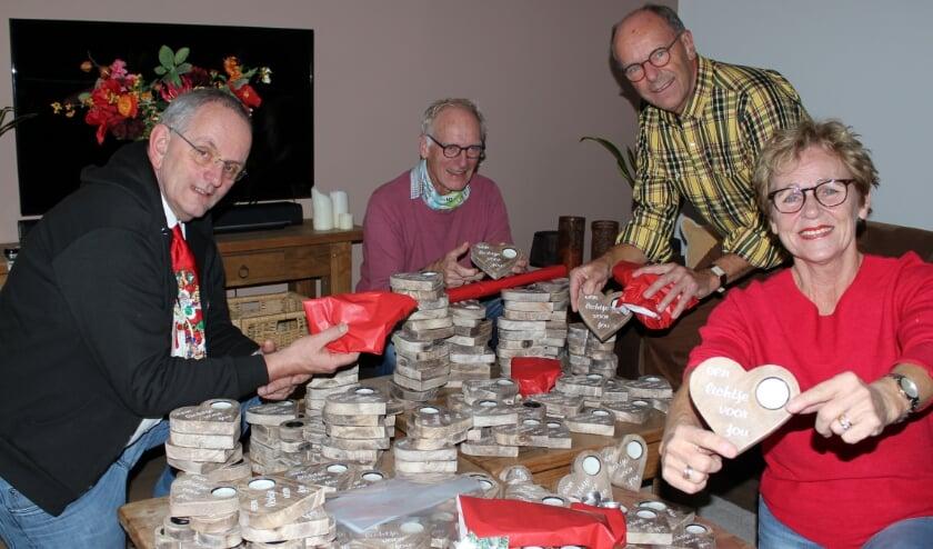 <p>De woonkamer van Helma van der Louw is bedolven onder harten, met Simon de Jong, Jan Konings, Ronald Barends. Foto: Morvenna Goudkade</p>