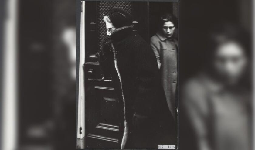 <p>Op een koude januaridag in 1966 gaat de van oorsprong Bossche couturier Caroline Farwick warm gekleed &eacute;n modieus de deur uit. Foto: Ron Kroon / Fotocollectie Elsevier / Nationaal Archief.&nbsp;</p>