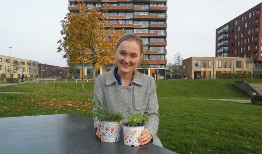 <p>Lisanne van Oosterhoud toont enkelen van haar 'sprouts'. Foto Kees van Rongen</p>