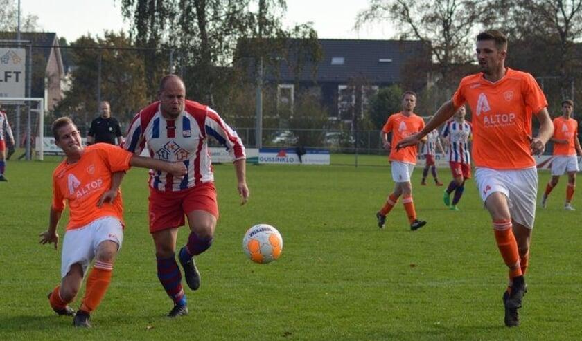 <p>Michael Gorseling (rechts) richt zijn blik op de bal, terwijl schuin achter hem een verbeten duel gaande is. Bron: Ulftse Boys</p>