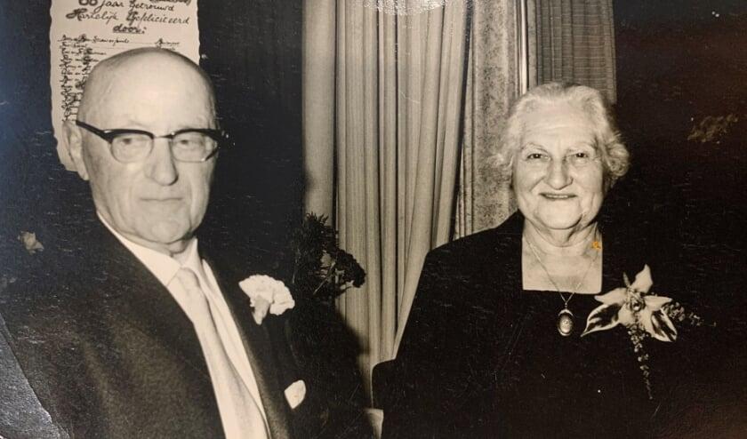 <p>Isaak en Jet Heilbron bij hun 60-jarig huwelijksfeest in Terborg.</p>