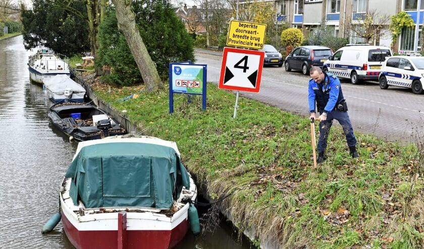 <p>Handhavers van de gemeente Rijswijk controleren ligplaatsen langs de Sionsweg en het Haantje. </p>