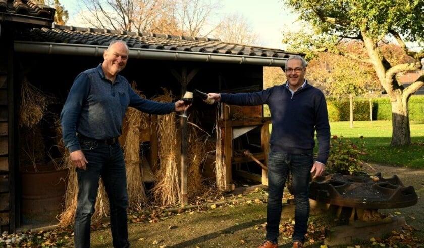 <p>Museumvoorzitter Ad van Hout overhandigt het bier aan de voorzitter van cv De Buurlanders, Eric Lavrijsen. </p>