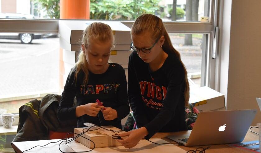 Lisemare en Annefleur Letteboer bij de workshop Tekenrobot in oktober. (Foto: Van Gaalen Media)