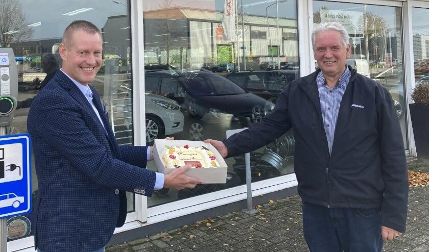 <p>Participatiecoach Addie ten Have (l.) van Inclusief Intervens bezorgde een taart bij Autobedrijf Van der Bunte.&nbsp;</p>