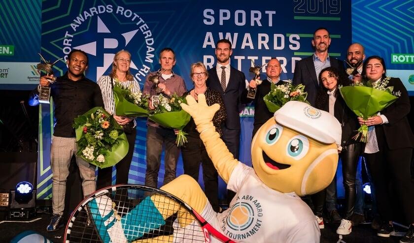 <p>Bij de uitreiking van de Sport Awards 2019 poseerde ook mascotte Ballie van het tennistoernooi voor de groepsfoto. (Foto: Mirjam Lems)</p>