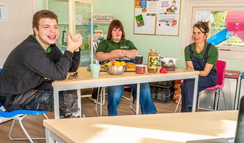 <p>Martijn, Femke en Lise van Reinaerde genieten van de heerlijke lunch en het aangename gezelschap.<br>Foto: Hans Lebbe, HLP Images </p>