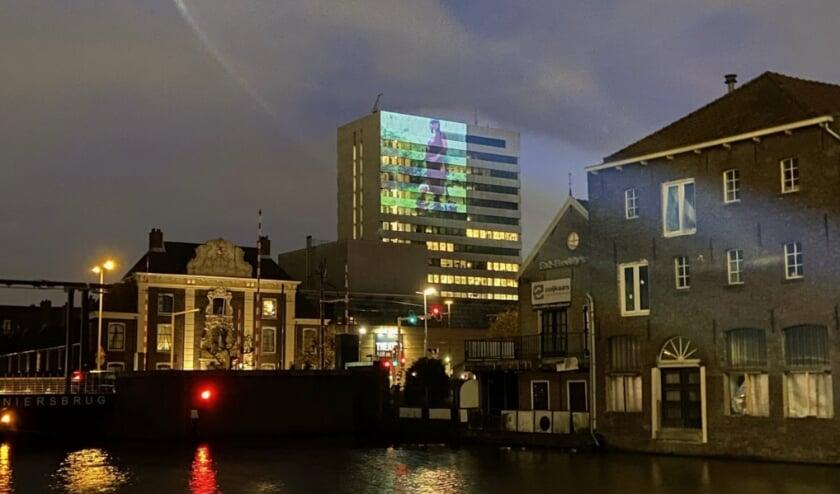 <p>LiGHT UP COLLECTIVE test op de toren van het Stadserf in Schiedam. (Foto: Priv&eacute;)</p>