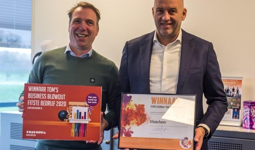 <p>Twee trotse prijswinnaars showen hun prijs. (Foto: Van Deinse Media)</p>