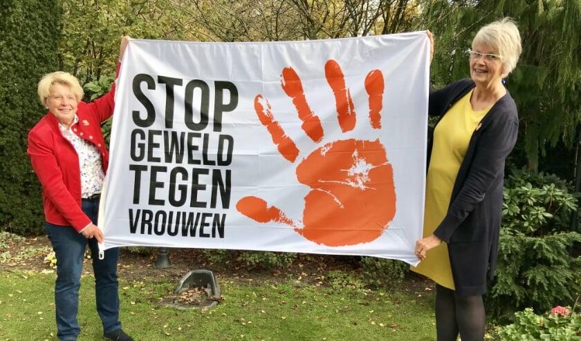<p>Olga Maarleveld en Anita Oosterloo vragen aandacht voor Orange the World</p>