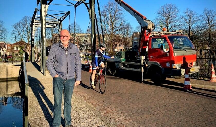 <p>Willem de Boer op de dubbele brug, die dankzij hem is volgehangen met lichtjes. Foto: Jan van Stipriaan Lu&iuml;scius</p>