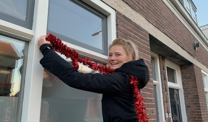 <p>Danielle van Bebberen is vast begonnen met het versieren van haar straat. Ze hoopt dat heel veel mensen ook meedoen. (Eigen foto)</p>