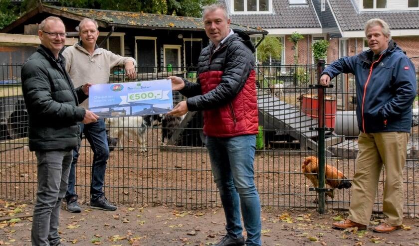 Overhandiging van de mooie cheque aan het bestuur van Stichting Dierenweide Maartensdijk