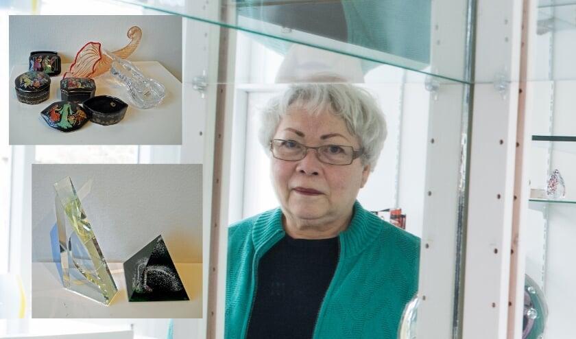 <p>Margriet Pleiter poseert tussen de stellingen in haar Glasgalerie De Aventurijn. &quot;Er is een bijzondere kersttentoonstelling bij ons samengesteld.&quot;</p>