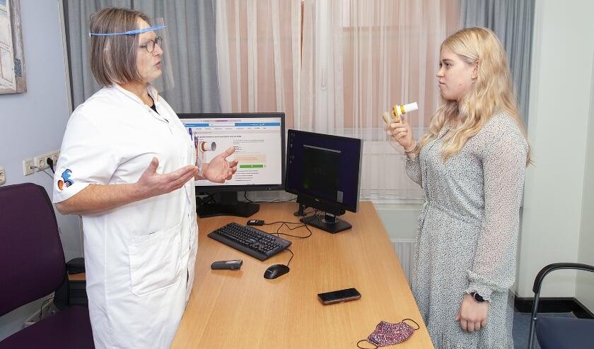 <p>Verpleegkundig specialist Rika Putters instrueert astmapati&euml;nt Iris Nieuwstraten over het gebruik van de nieuwe peakflowmeter. (Foto: Frederike Slieker)</p>