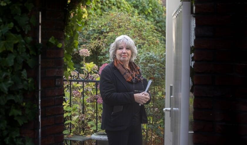 <p>Minke Kraijer met haar boek. &#39;Mijn generatie vindt het fijn om goede herinneringen op te halen.&quot; (Foto: Frans Paalman)&nbsp;</p>