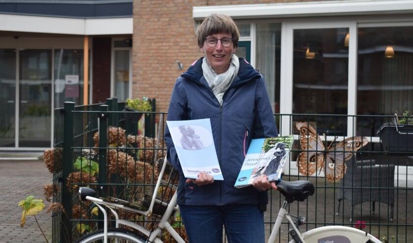 <p>Annet ter Maat met de eerste en laatste editie van de Jennechiesproat. (Foto: Van Gaalen Media)</p>