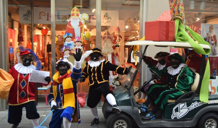 <p>Zwarte Pieten in Tiel, met mondkapjes en schepnetten, ze rijden rond in een golfkarretje!</p>