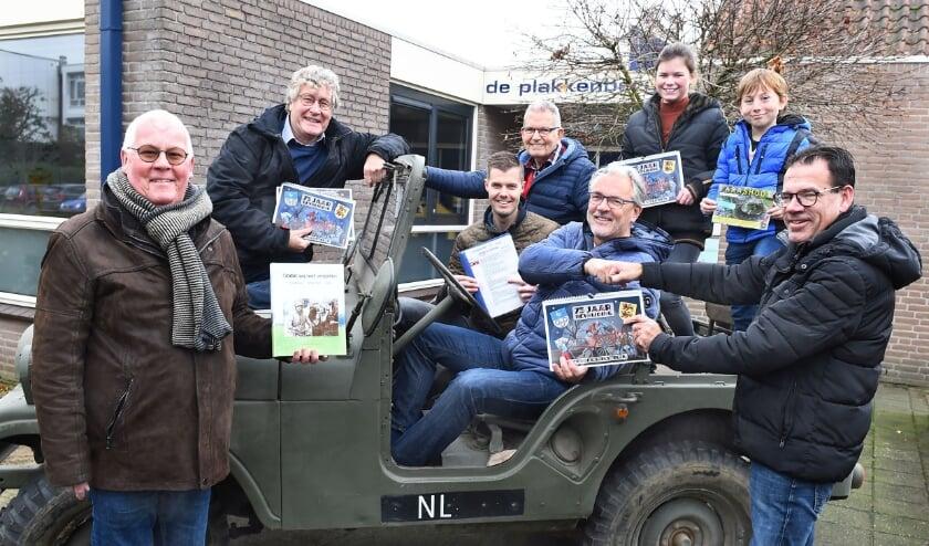<p>Directeur Jurgen Huls van De Plakkenberg (r) ontvangt kunstkalender, lesbrief en boek vanuit een Jeep, mede mogelijk door Gebr. Hengeveld bv Terborg. (foto: Roel Kleinpenning)</p>