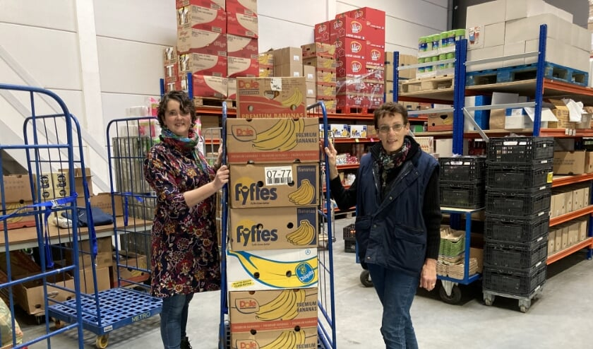 <p>Lineke Brillemans van de Voedselbank Woerden (rechts) en Toos van Soest (links) die namens de drie kerken van Harmelen een deel van de boodschappen bij de voedselbank afleverde. &nbsp;</p>