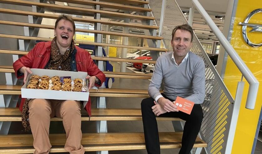 <p>Jojanneke Agterof verraste Arjan van Vliet en zijn medewerkers met zelfgebakken appeltaart.</p>